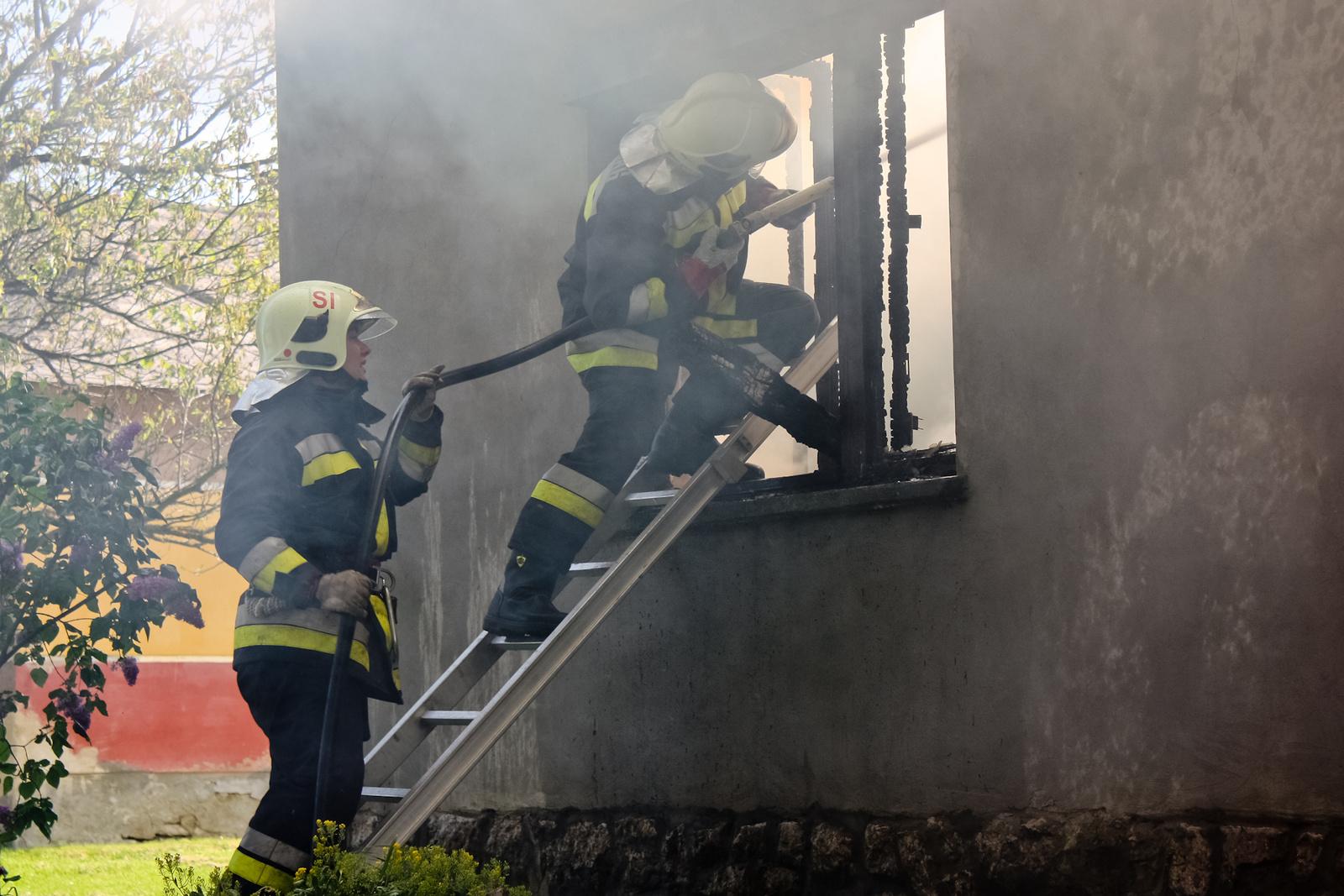 2010 05 04 Munkában a tűzoltók 009