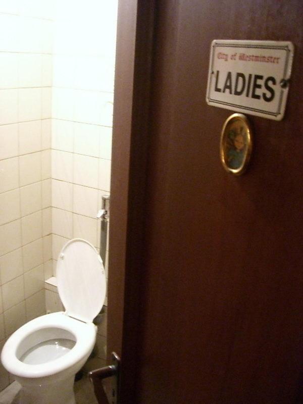 Skót kocsma, angol WC