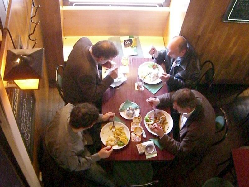 Kinéztük az ételt a szájakból, mert nekik jutott bőven