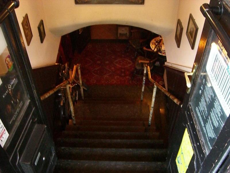 Lépcsőn visz le az út