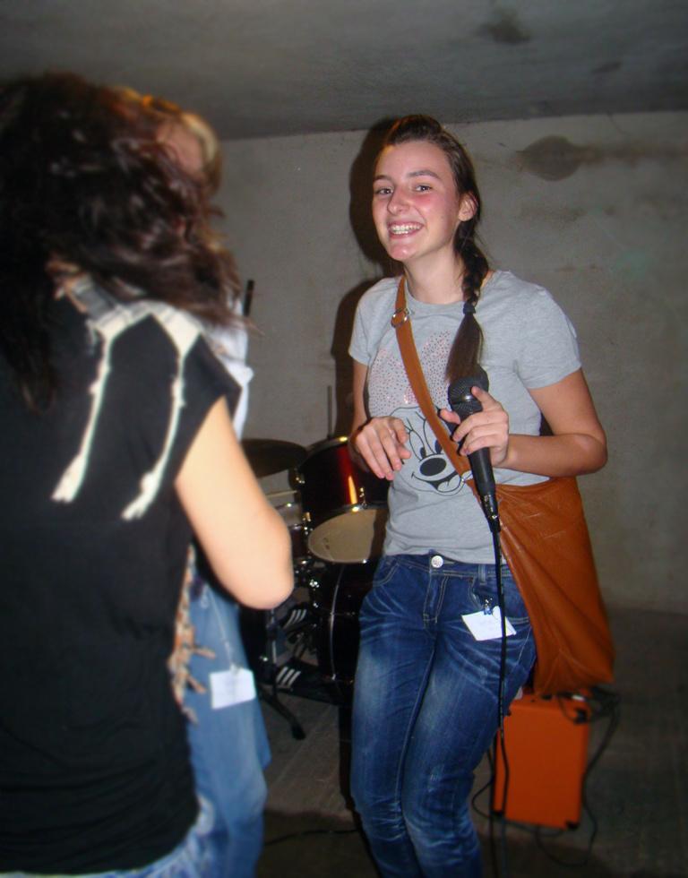 Az énekesnő is táncolhat:)